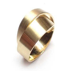 hangemaakte geelgouden ring al vele keren gemaakt met emotioneel goud van de klant