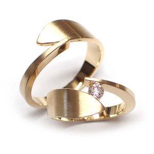 Trouwringen leaf uitgevoerd in 18 krt goud met in de damesring een diamant van 0,20crt
